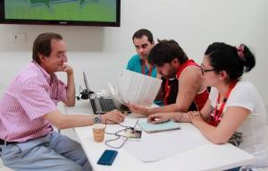 En la foto Juan Urrios de Zinia Communication aconsejando el grupo ganador